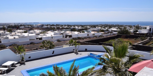 Spacious Villa with stunning views in prime position in Playa Blanca