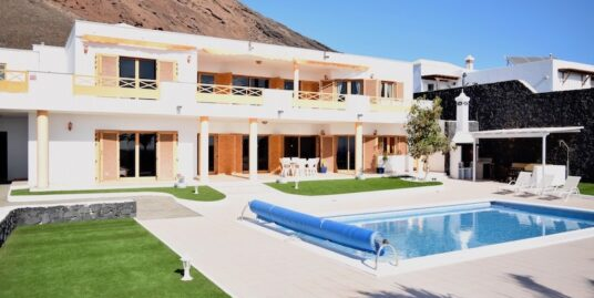 Luxurious villa with stunning views in prime position